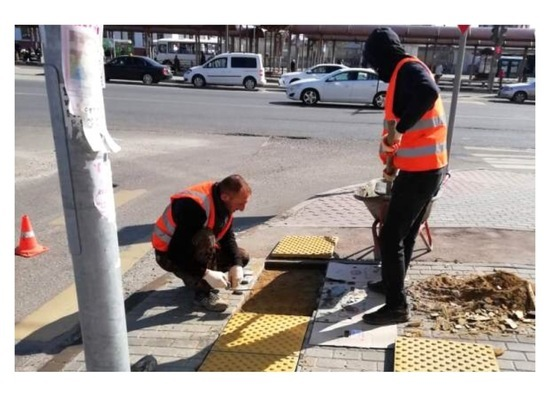 В Серпухове рабочие заменяют поврежденную тактильную плитку