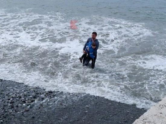 Краснодарец спас ребёнка, которого смыло волной в Сочи