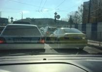 В Калининграде затруднено движение: на Сельме иномарка протаранила ограждение и оказалась на газоне