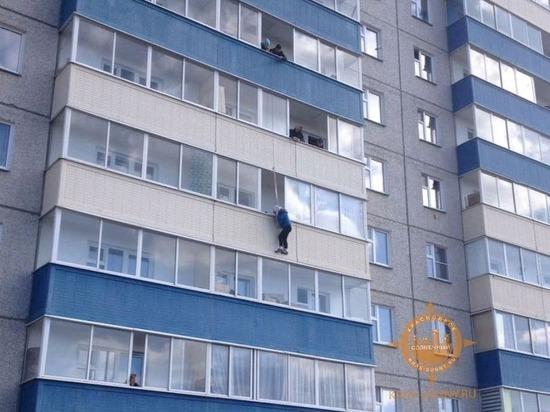В Солнечном женщина повисла на перилах балкона