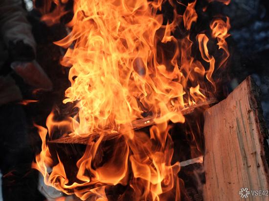 Частный дом выгорел при ночном пожаре в Кемерове