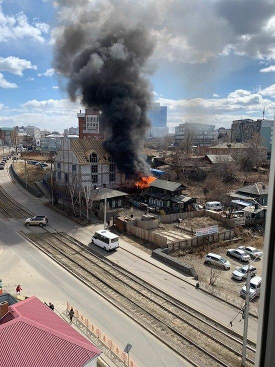 В Иркутске горит деревянный дом на Партизанской
