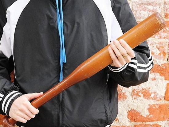 Разбойник с битой ворвался домой к воронежцу и отобрал тысячу рублей