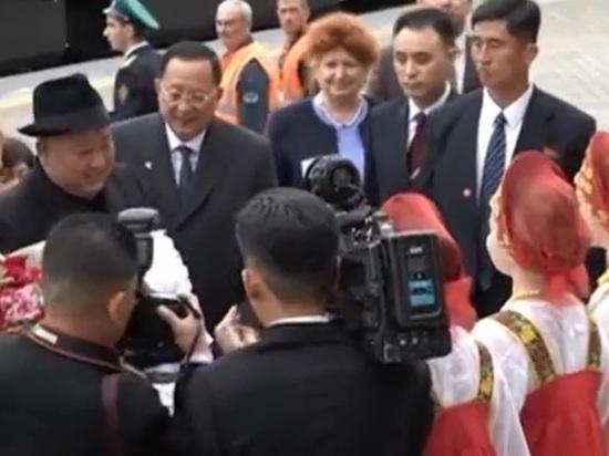 Приморские школьницы поведали о замешательстве Ким Чен Ына при встрече хлебом-солью