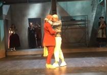 Артисты начали жениться на сцене: предложение стало для избранницы сюрпризом
