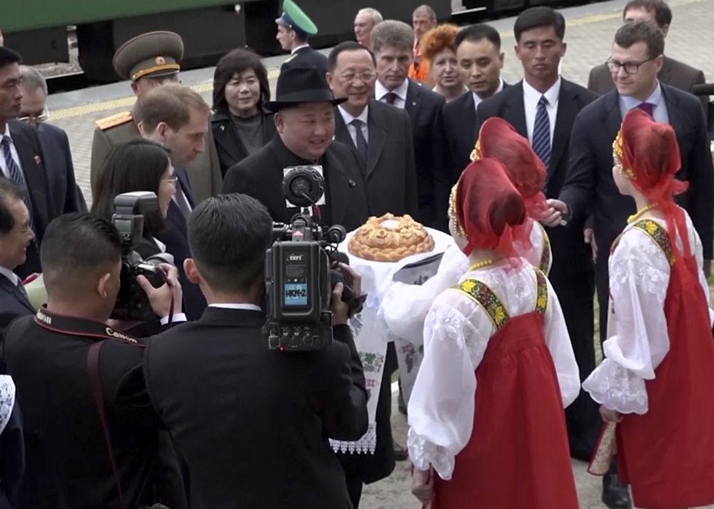 Няша Ким Чен Ын: кадры визита в Россию и супер-шляпа