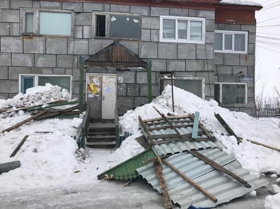 Снежная масса снесла козырек подъезда в Новом Уренгое
