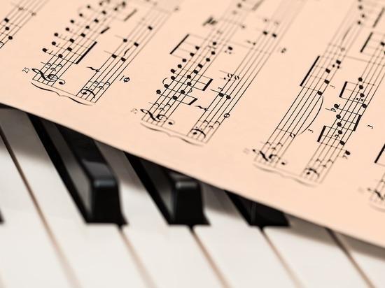 Пианиста, издевавшегося над девочкой, раньше благодарили ее родители