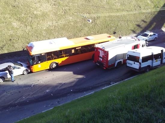Автомобиль врезался в автобус на Зеленском съезде