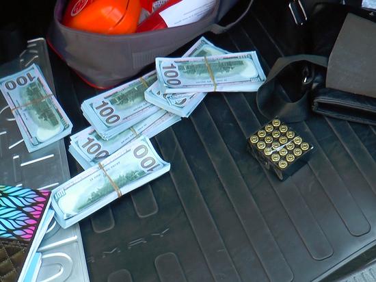 Травмат, патроны и много долларов нашли в машине у сына акима