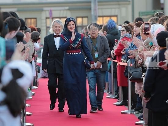 Рутберг в татарском платье и музыка Чюрлениса: В Казани открылся КФМК