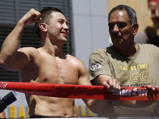 Боксер Геннадий Головкин расстался с тренером, с которым работал 10 лет. Тренер объяснил это нежеланием боксера делиться гонорарами от нового контракта