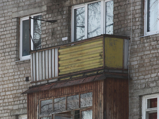 Cоседи спасли слепую пенсионерку, повисшую на балконе на одной ноге