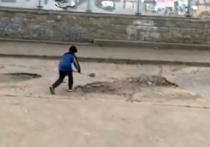 Ямы на дороге «отремонтировали», засыпав щебнем, обломками кирпича и гранулятом, передают местные СМИ