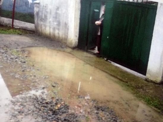 Пенсионерка четвертый год просит власти села спасти ее от потопа