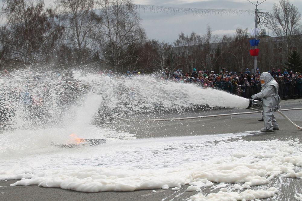 Старые пожарные машины и огонь: МЧС устроило шоу в Барнауле