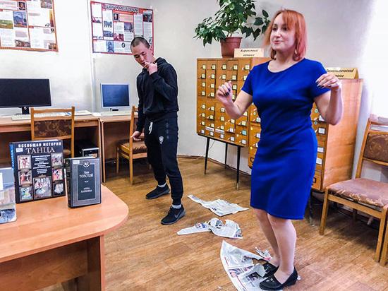 Читатели псковской библиотеки станцевали твист на газетах