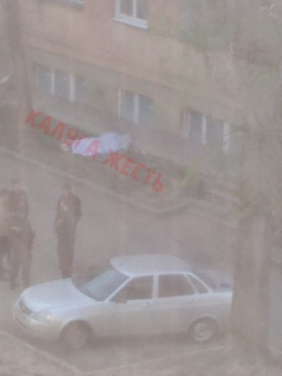 Девочка выпала из окна 5 этажа общежития в Калуге
