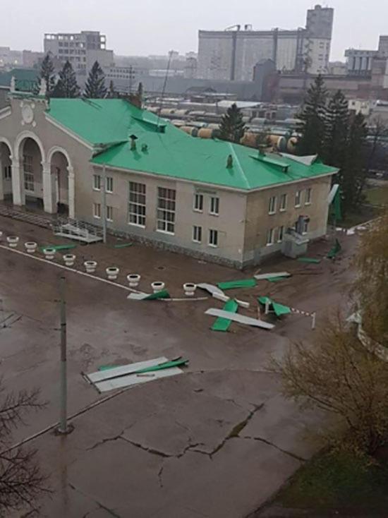 В Башкирии штормовой ветер сорвал крыши с домов, школы, больницы и других задний