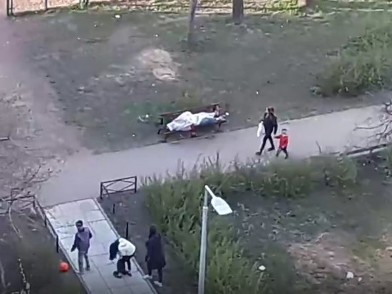 В Петербурге дети три часа играли возле брошенного врачами трупа