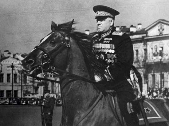 Военачальники сняты во время парадов и репетиций
