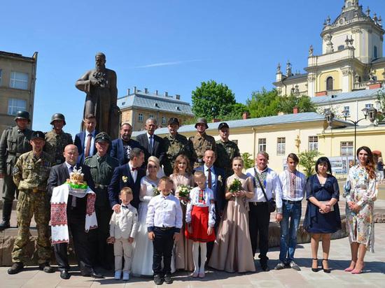 Гости свадьбы на Украине оделись в нацистскую форму