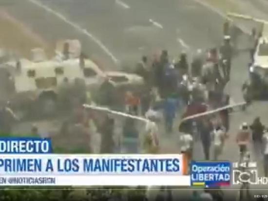 Безоружных протестующих в Венесуэле начали давить бронеавтомобилем