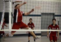 Любители волейбола собрались на спортивном фестивале в Надыме