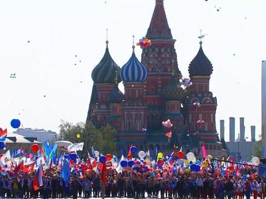 Около 100 тыс человек вышли в Москве на первомайское шествие