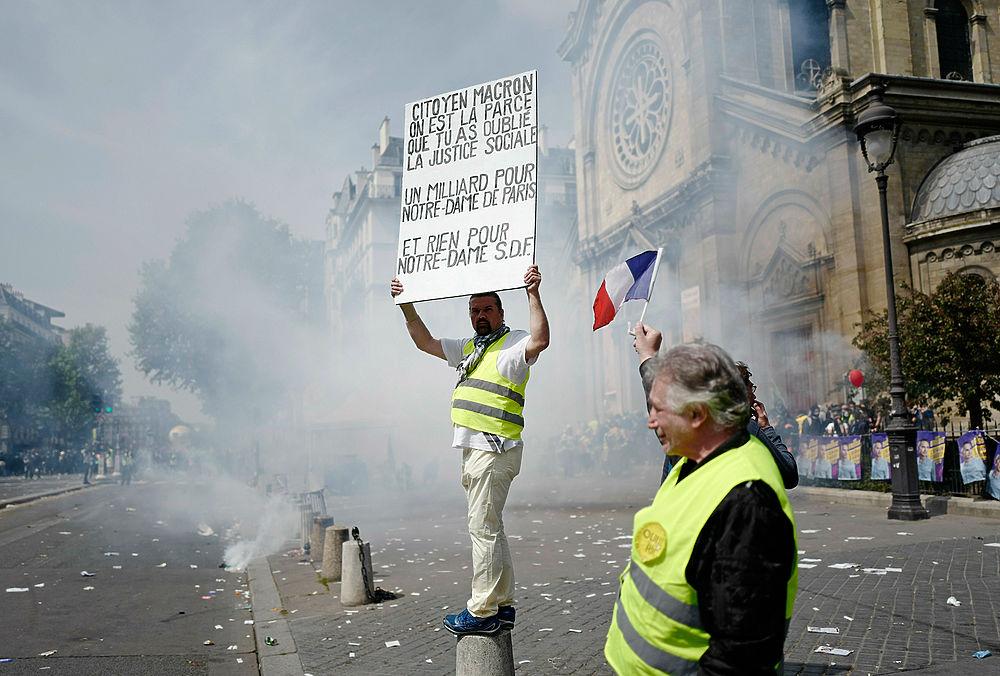 В Париже первомайскую манифестацию разогнали слезоточивым газом: более 150 задержанных