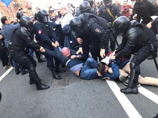 СМИ: устроивший беспорядки в Петербурге депутат был под кайфом