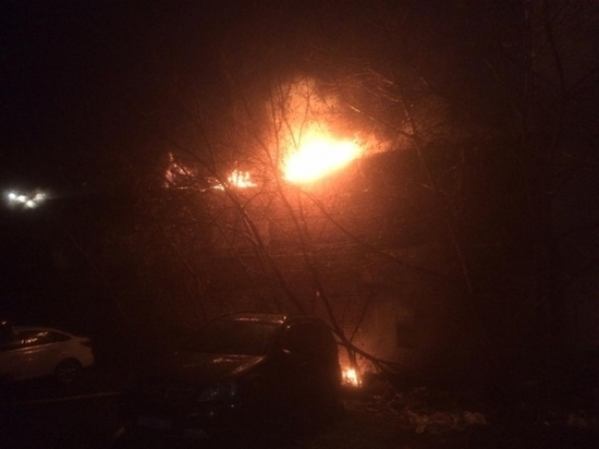 В Екатеринбурге 70 человек тушили пожар на складе с горючей загрузкой