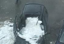 Сошедший с крыши снег раздавил машину в Новом Уренгое