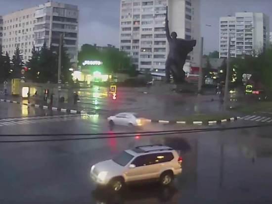 Молния сбила установленный националистами украинский флаг с памятника ВОВ