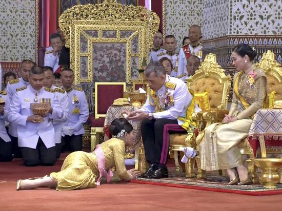 В стране проходят торжества в честь вступления на трон нового короля