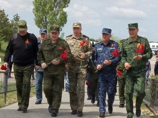 Губернатор возложил цветы к монументу воинам 64-й армии