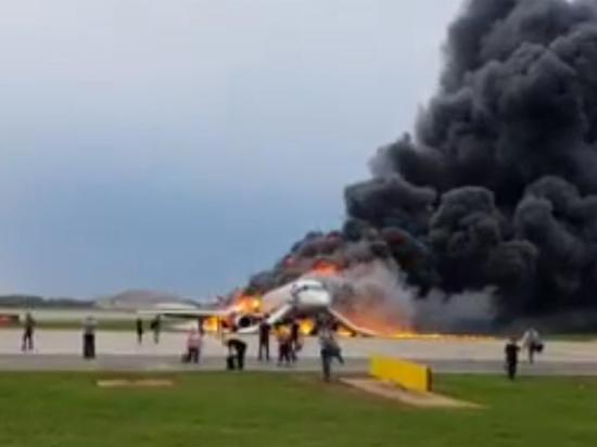Из горящего самолета спаслась мать с ребенком, не послушавшая бортпроводников