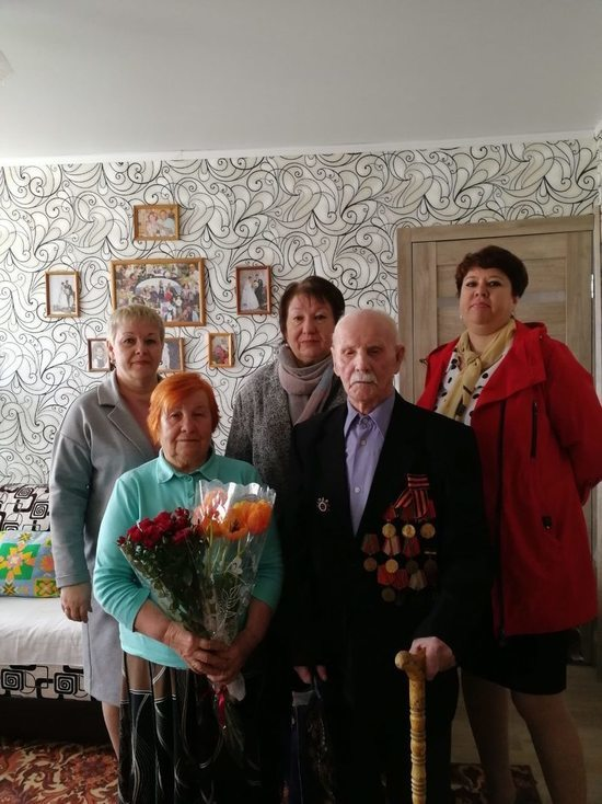 Выплату ко Дню Победы первым получил 104-летний фронтовик из Камышина