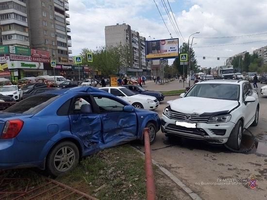 На юге Волгограда иномарка протаранила два авто и металлическую ограду