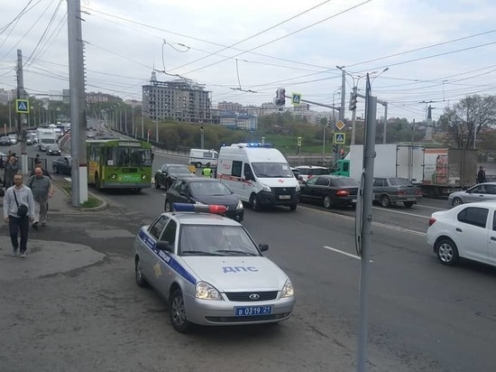 В Чебоксарах водитель Mercedes сбил перебегавшую дорогу девушку