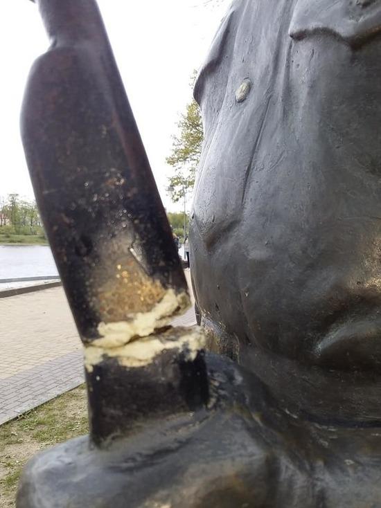 В Пскове надломили штык у памятника солдату Первой мировой войны