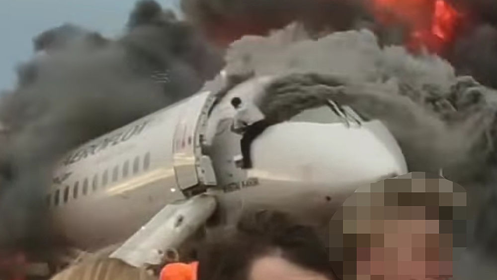 """Опубликованы фото вернувшегося в горящий """"Суперджет"""" пилота"""