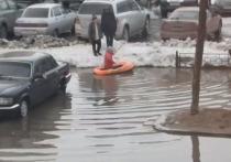 Ямалец устроил заплыв на лодке по затопленному двору Нового Уренгоя