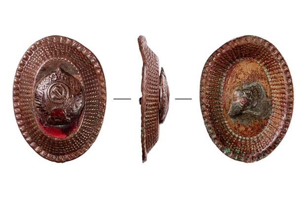 Археологи рассказали, кому могли принадлежать кокарда и револьвер, найденные в Москве