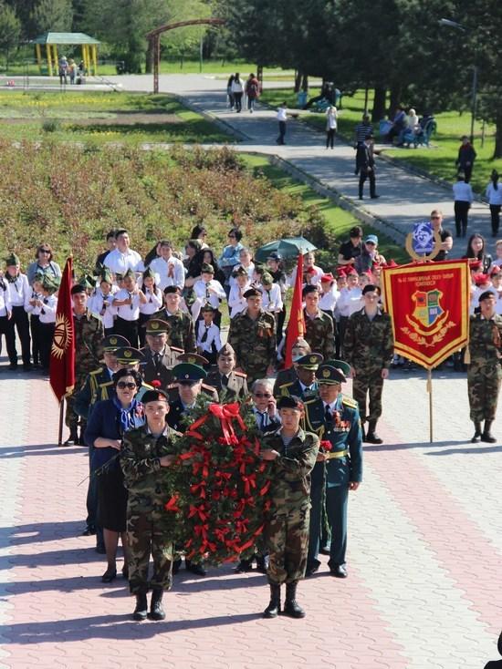 В Бишкеке тысячи школьников почтили память ветеранов ВОВ