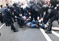 На первомайских демонстрациях в России задержали 131 человека. Жестче всего полицейские действовали в Петербурге, где было задержано 65 активистов. Причем все они — сторонники оппозиционных партий и движений. Колонну, в которой шли представители «Единой России» во главе с Александром Бегловым, и коммунистов не трогали.