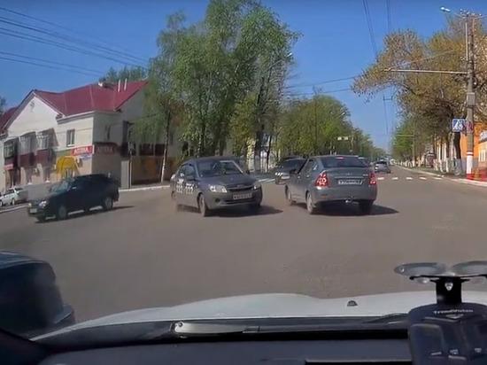На перекрестке в Саранске столкнулись две легковушки