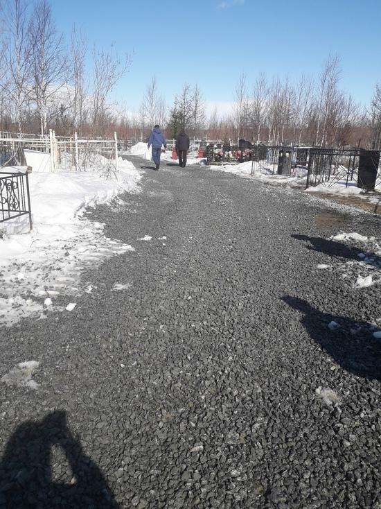 Коммунальщики устранили потоп на городском кладбище в Лабытнанги