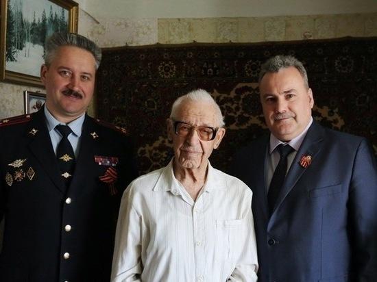 Калужские сотрудники полиции встретились с ветераном ВОВ