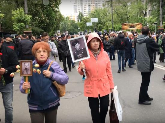 Киевская полиция задерживает пенсионерок в фронтовых пилотках